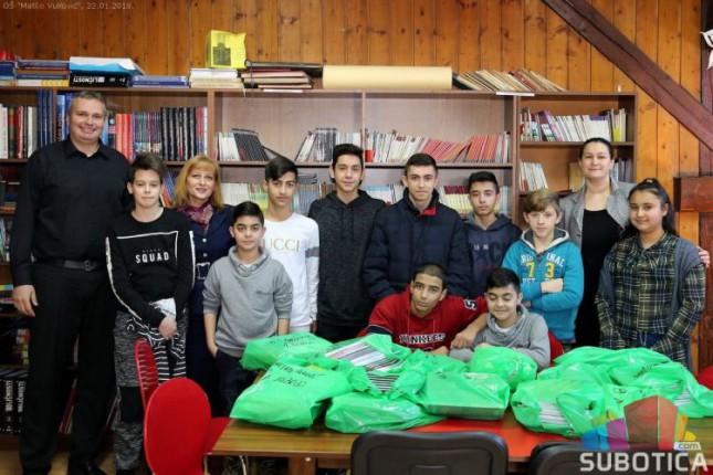 Podeljeni udžbenici za romske đake