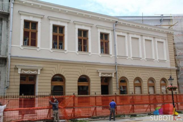 Stubovi Narodnog pozorišta čekaju farbu