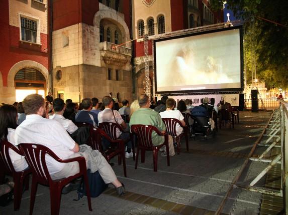 Više od 200 ljudi gledalo film u bioskopu na otvorenom