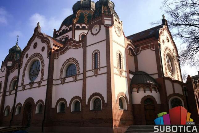 Zasijala fasada subotičke sinagoge, u toku obnova enterijera