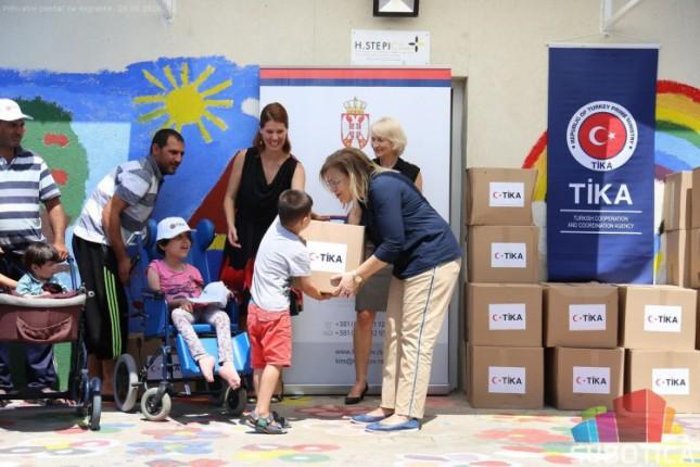 Podeljeni ramazanski paketi izbeglicama i migrantima u Prihvatnom centru