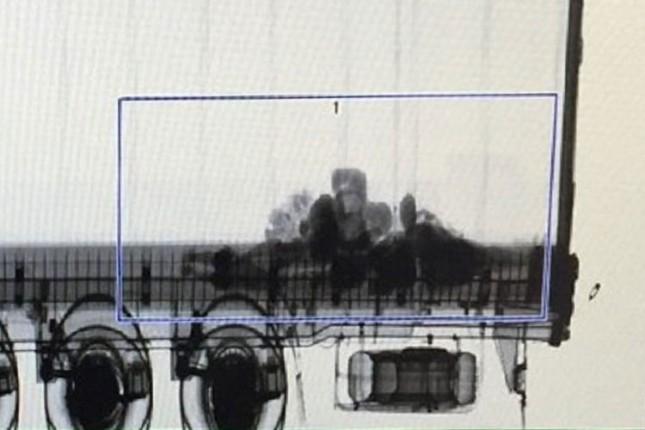 Pri skeniranju prikolica, otkriveno devet migranata