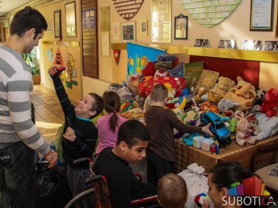 """Aktivisti omladinske organizacije """"VIFO"""" donirali Kolevki igračke, odeću, obuću i knjige"""