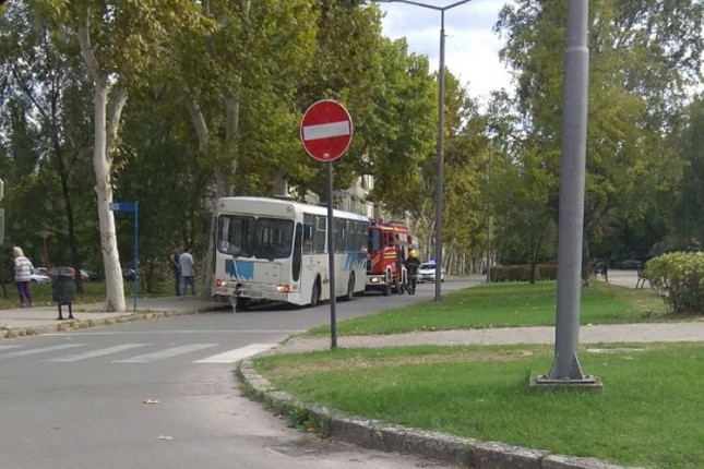 Žena podletela pod autobus