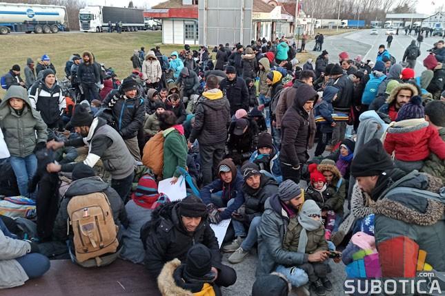 Nekoliko stotina migranata protestovalo na Kelebiji, prelaz obišao ministar Vulin