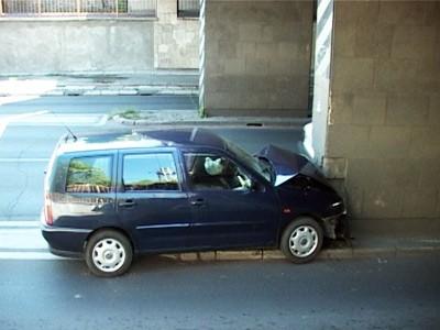 Naleteo automobilom na stub