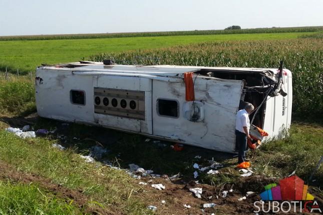 Prevrnuo se autobus kod Bačke Topole, jedna putnica poginula
