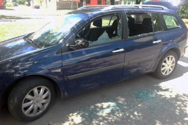 Maloletnik osumnjičen za demoliranje automobila profesorice
