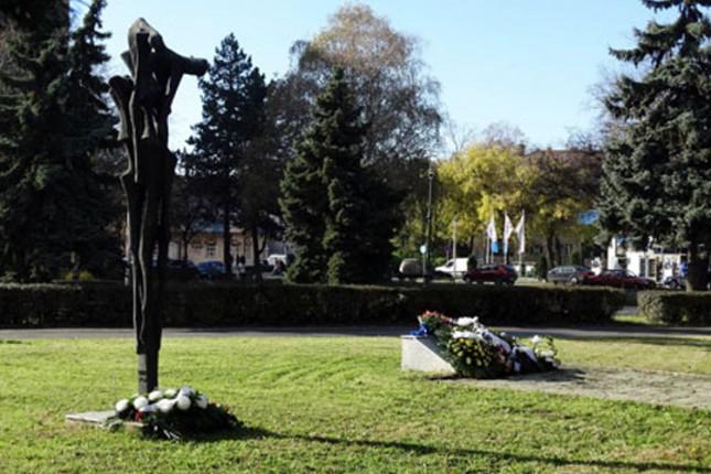 """Položeni venci i cveće na spomenik """"Balada vešanih"""""""