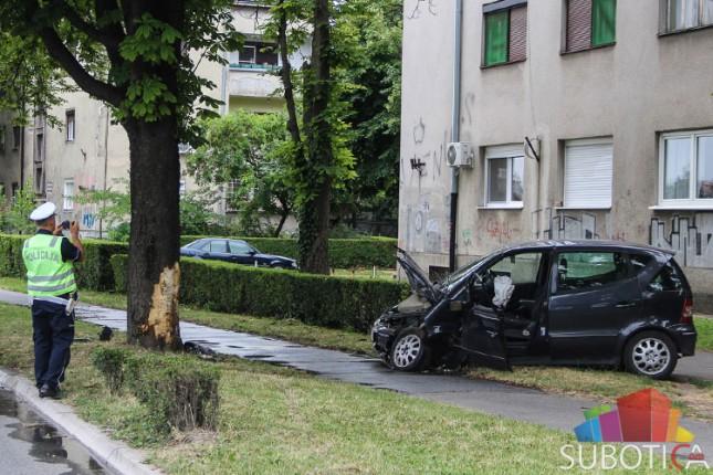 Izgubio kontrolu nad vozilom i udario u drvo