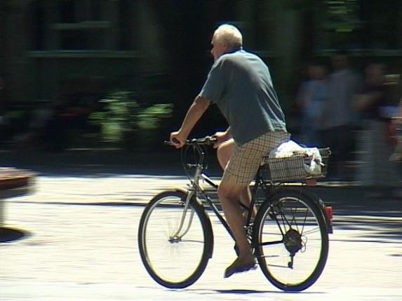 Biciklisti u pešačkoj zoni ugrožavaju bezbednost dece
