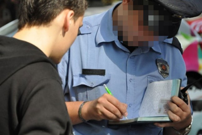 """Lažni policajac """"kažnjavao"""" građane na ulici"""