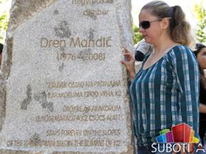 Otkriven spomenik alpinisti Drenu Mandiću