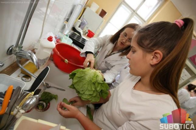 Đaci Hemijske škole pripremali zdrave obroke