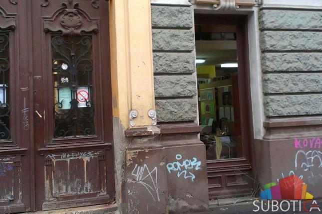 Razbijen prozor na Gradskoj biblioteci