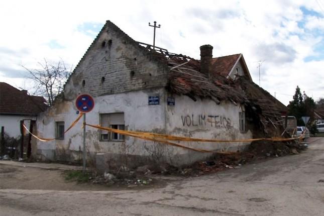 Napuštene kuće pretnja za prolaznike i komšiluk