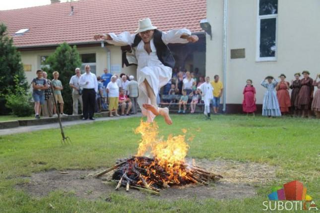 """Običaj """"preskakanja vatre"""" održan u Maloj Bosni"""