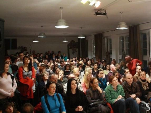 """Zoran Milivojević sinoć u prepunom """"Skladištu"""" održao predavanje na temu: Da li smo emocionalno pismeni?"""