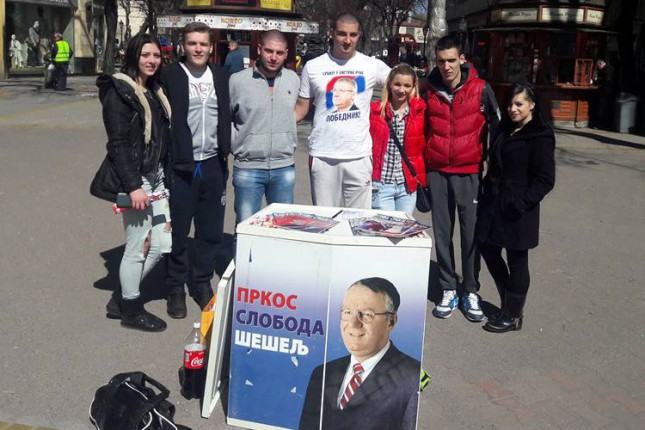 Radikali delili knjige Vojislava Šešelja građanima Subotice