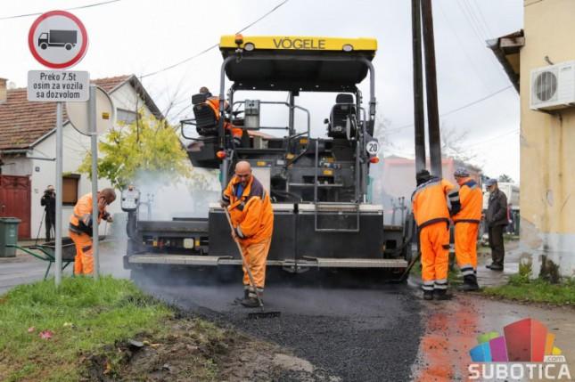 """Počelo asfaltiranje Ulice Braće Majer, završetak radova na """"levom skretanju"""" 25. decembra"""