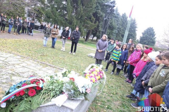"""Položeni venci na spomenik """"Balada vešanih"""""""