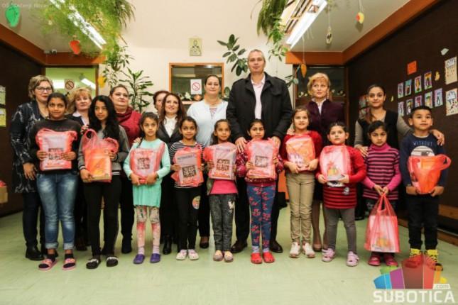 Deca iz romske zajednice dobila udžbenike