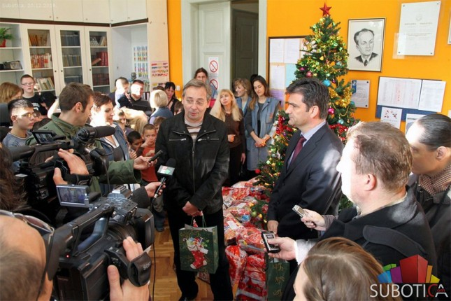 """Paketići za decu školskog centra """"Dositej Obradović"""""""