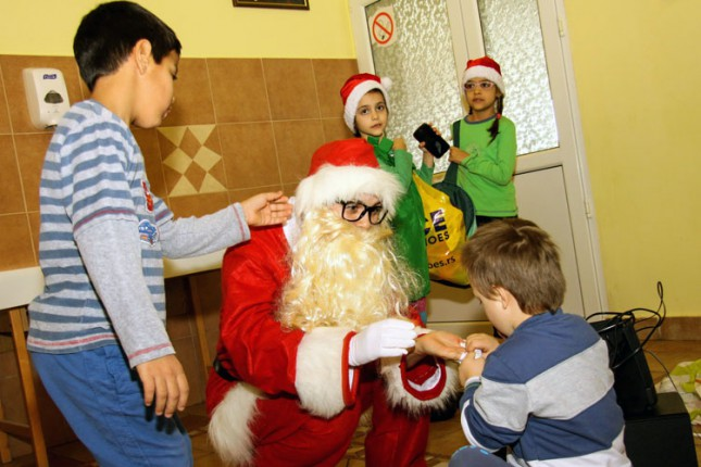 Deda Mraz posetio decu iz Kolevke