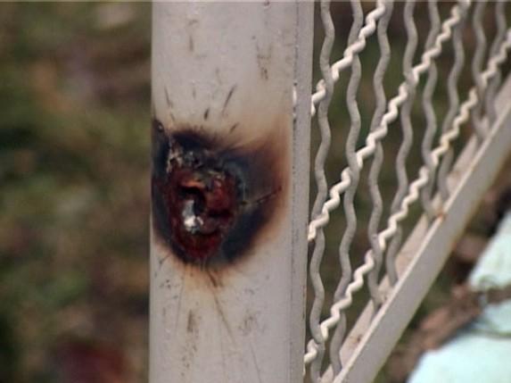 Vandali oštećuju ogradu škole