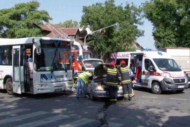 Sudar automobila i autobusa