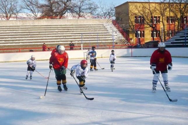 Održani revijalni hokejaški susreti mama i tata protiv dece (Fun hockey day)