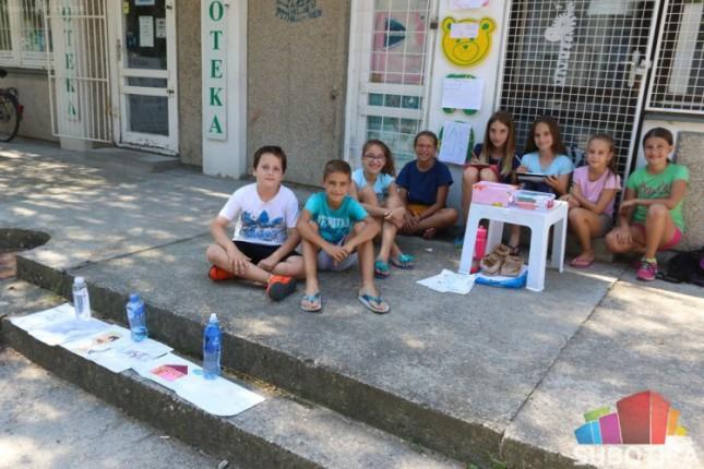 """Oni su """"slikari novog veka"""" - deca prodaju crteže i daju novac u humanitarne svrhe"""