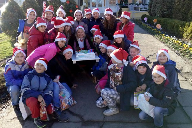 """Deca iz OŠ """"Sveti Sava"""" posetila vršnjake u Kolevki i sa Deda Mrazom donela poklone"""