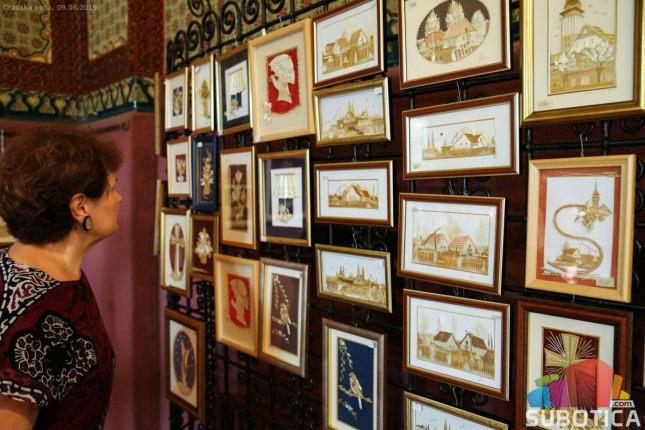 Remek dela od slame izložena u Vestibilu Gradske kuće