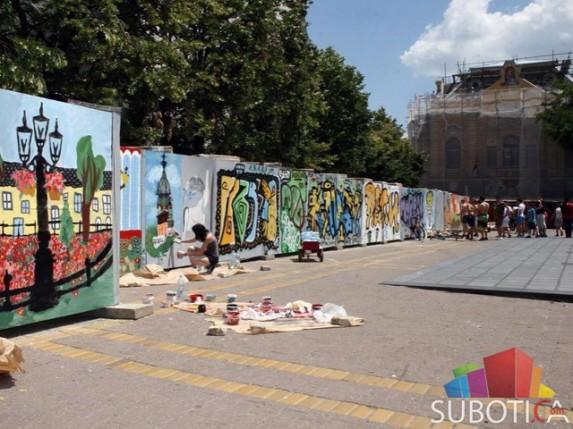 Subotičani oslikavali ogradu oko gradilišta Narodnog pozorišta