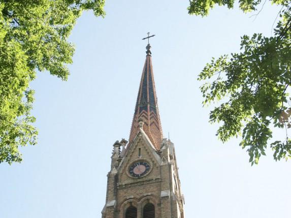 Nakrivljeni toranj na Senćanskoj crkvi