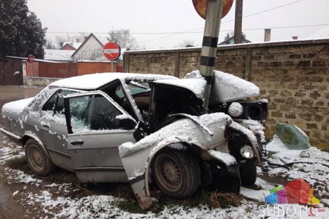 Saobraćajna nezgoda - automobilom se zabio u stub