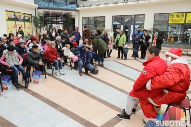 """Mališani PU """"Naše nade"""" pripredili priredbu i darivali paketiće deci sa invaliditetom"""