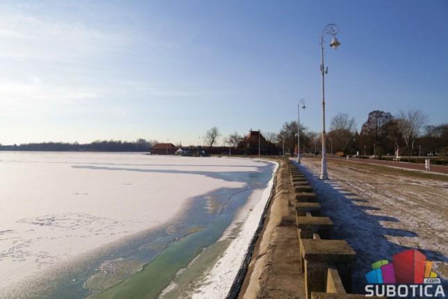 """U toku """"provetravanje"""" jezera, led i dalje nebezbedan za klizanje"""