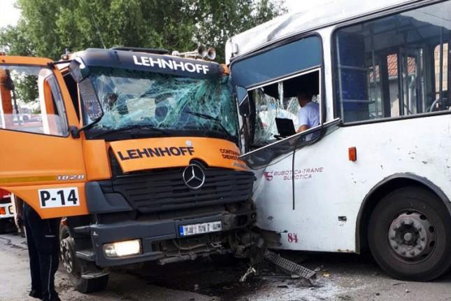 Težak udes kamiona i autobusa u Bajnatskoj ulici