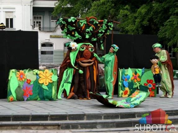 "Predstava ""Pao s kruške"" odigrana na Gradskm trgu"