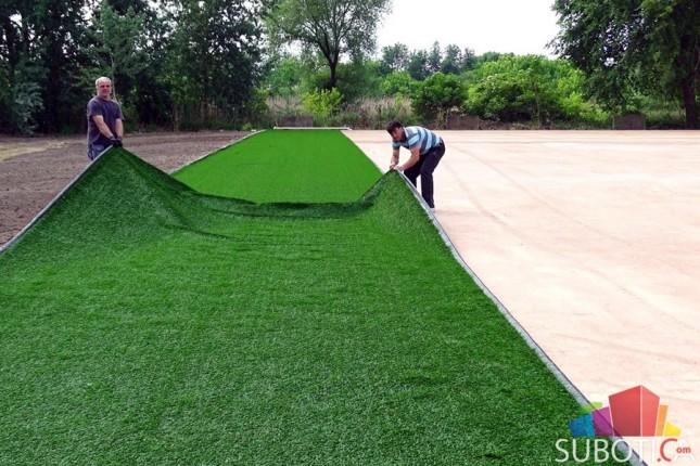 U toku postavljanje veštačke trave na pomoćni teren Gradskog stadiona