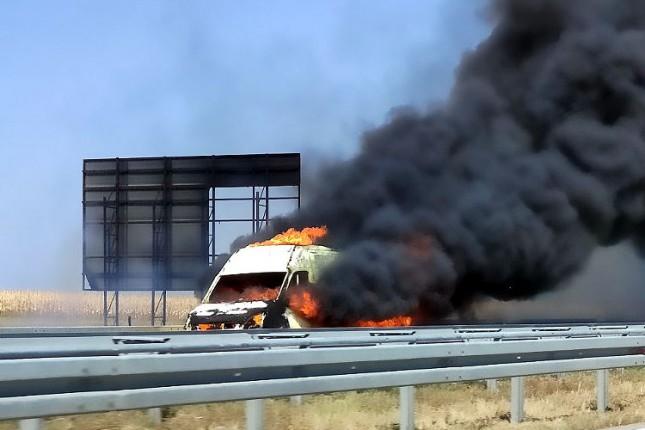 Izgoreo kombi na auto-putu, nema povređenih