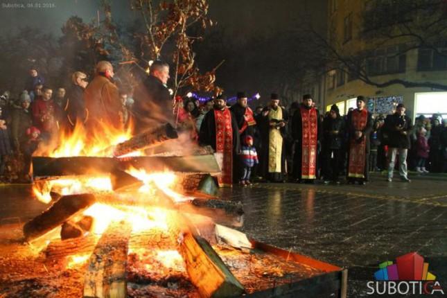 Održano paljenje badnjaka na Trgu, guslarsko veče i bogosluženje