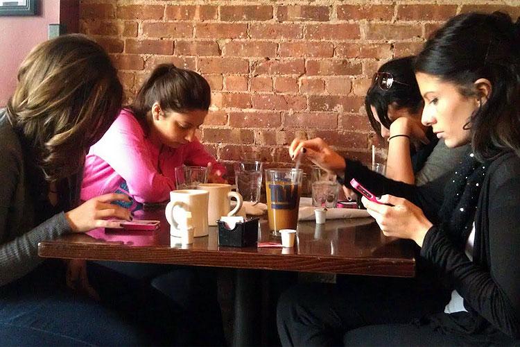Rezultat iskanja slik za mladi na telefonu